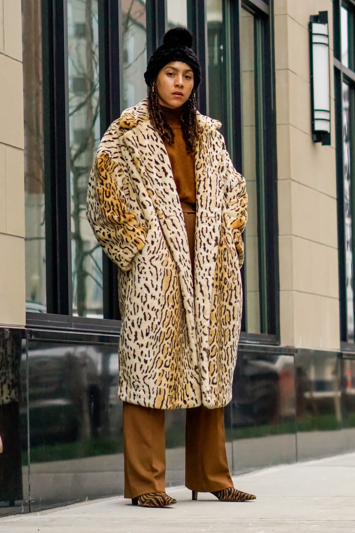 faux fur coat outfit black girl, how to style a faux fur coat, faux fur coat outfit winter chic, ways to wear a faux fur coat for winter