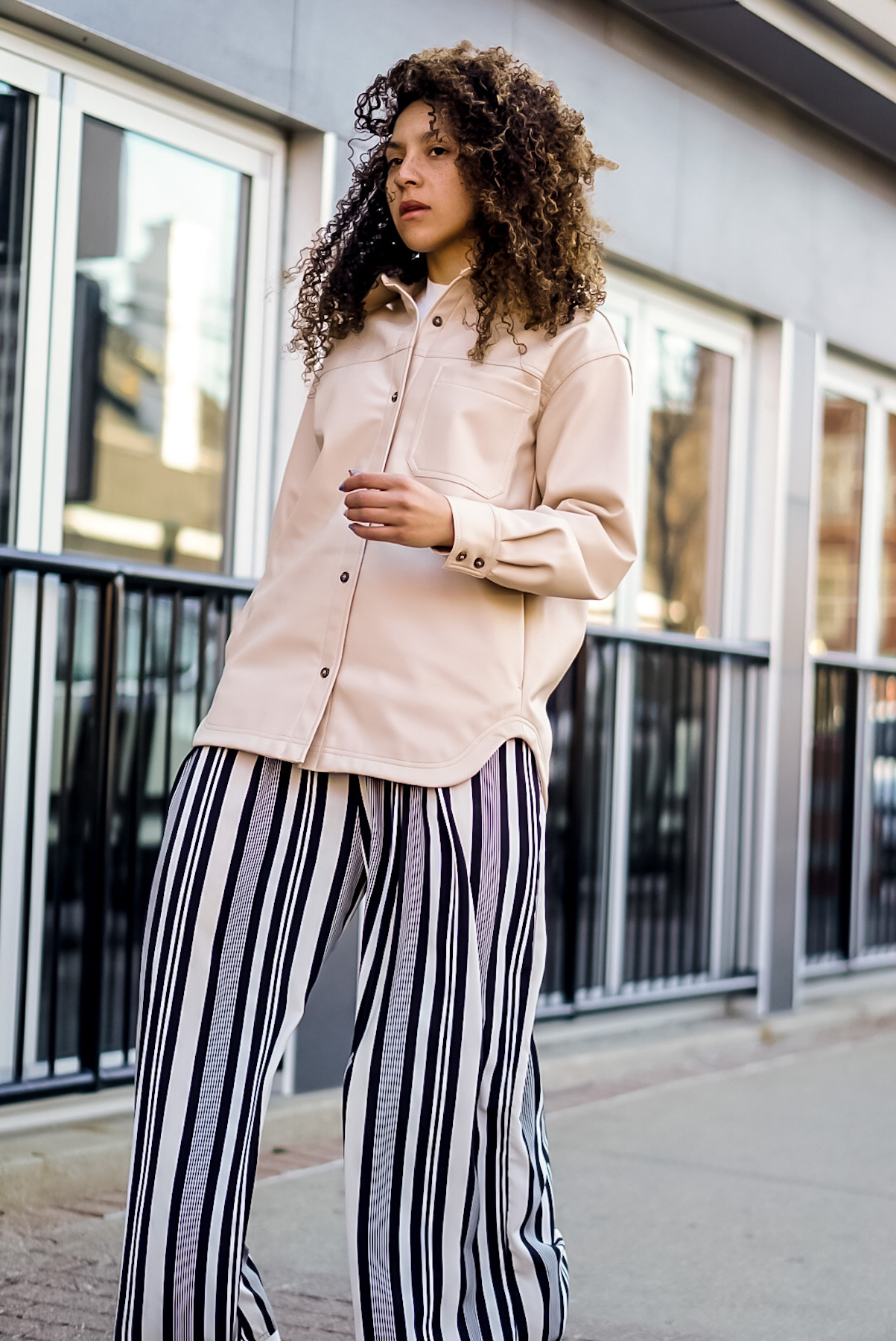 shacket outfit women, chic spring outfit ideas for women, latest fashion trends for women what to wear: shacket, black fashion bloggers inspiration, H&M faux leather shacket