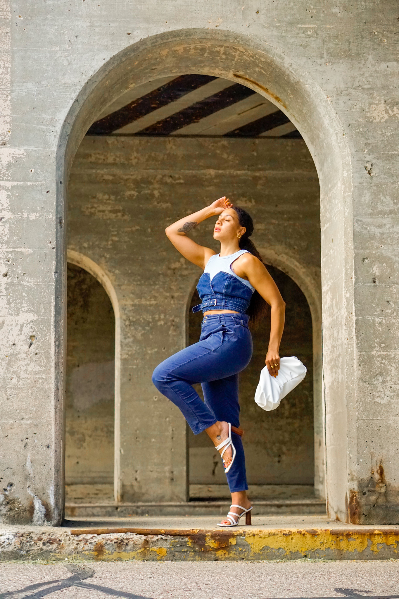 how to layer a crop top, all blue summer outfit idea, crop top street style outfit, summer outfit black girl