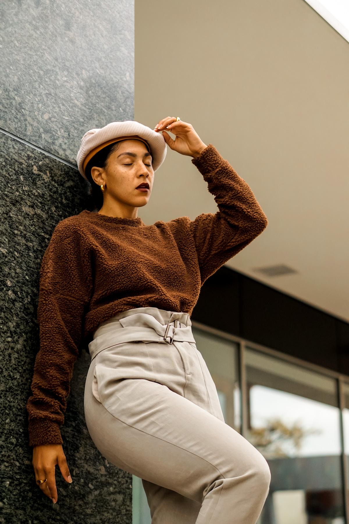 teddy sweatshirt outfit idea for women, chic fall outfit ideas for women, black fashion bloggers inspiration, teddy sweatshirt outfit idea black girl